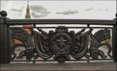 Ограждение Большого каменного моста в Москве. Советский герб Москвы: обелиск в память Октябрьской революции, звезда, шестерня, наковальня, челнок,  динамо, серпы, знамена, снопы колосьев