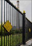 """Забор металлургического завода """"Серп и молот"""" в Москве. Серп и молот в дубовых листьях"""