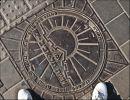 """Тель-Авив. Крышка люка. Солнце. Это не герб Тель-Авива. Надпись посередине """"Муниципалитет Тель-Авив - Яффо"""""""