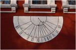 Москва. Новодевичий монастырь. Настенные солнечные часы показывают примерно 4 часа 40 минут