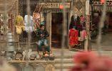 Баку. На улицах и бульварах. Продавец сувениров